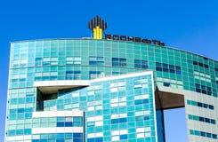 Het embleem van de oliemaatschappij Rosneft op het bureaugebouw Royalty-vrije Stock Afbeeldingen