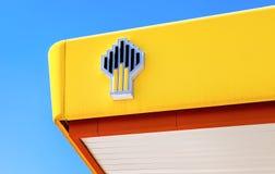 Het embleem van de oliemaatschappij Rosneft op het benzinestation Rosnef Stock Fotografie