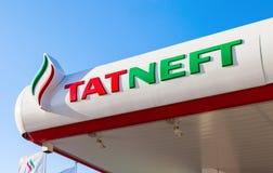 Het embleem van de oliemaatschappij Tatneft op het benzinestation Royalty-vrije Stock Foto's