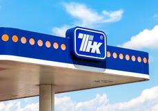 Het embleem van de oliemaatschappij TNK op het benzinestation TNK is één Stock Foto's