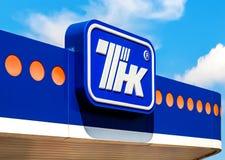 Het embleem van de oliemaatschappij TNK tegen de blauwe hemel Royalty-vrije Stock Afbeeldingen