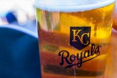 Het embleem van de stadsroyals van Kansas op een bierkop Stock Afbeeldingen