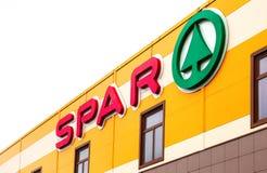 Het embleem van de supermarktlangsligger is een internationale kleinhandels ketting Royalty-vrije Stock Foto