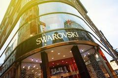 Het embleem van de Swarovskyopslag op een het winkelen straat in Wenen, Oostenrijk  Stock Foto's
