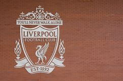 Het embleem van de de voetbalclub van Liverpool in witte kleur bij het bruine bakstenen muur gebruiken als achtergrond royalty-vrije stock afbeelding