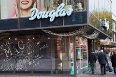 Het embleem van Douglas bij een winkel in Mainz stock afbeeldingen