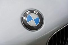 Het embleem van het Duitse automobielbedrijf BMW op de bonnet van t stock afbeelding