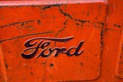 Het embleem van het Ford-motorbedrijf op een oude Amerikaanse tractor stock foto's