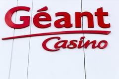 Het embleem van het Geantcasino op een voorgevel Royalty-vrije Stock Afbeeldingen