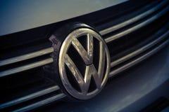 het embleem van het merk Volkswagen, Volkswagen van de grootste automobielgroep van Duitsland Stock Foto