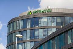 Het embleem van het Sberbankbedrijf op de bouw van Tsjechisch hoofdkwartier op 18 Juni, 2016 in Praag, Tsjechische republiek Stock Fotografie
