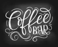 Het embleem van het koffiebarbord Hand het getrokken krijt van letters voorzien met gru vector illustratie