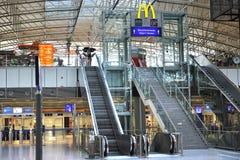Het embleem van MAC Donald in de luchthaventerminal 2 van Frankfurt Stock Afbeelding