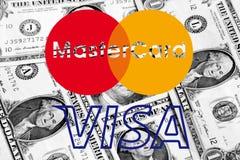 Het embleem van Mastercard en van het visum op geld Stock Afbeeldingen