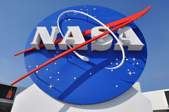 HET EMBLEEM VAN NASA BIJ DE INGANG AAN HET RUIMTECENTRUM royalty-vrije stock afbeeldingen
