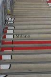 Het embleem van Omunedi Milaan op de treden wordt geschilderd die Royalty-vrije Stock Foto