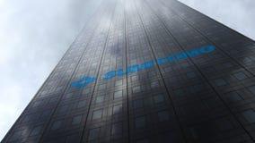Het embleem van het Sumitomobedrijf op een wolkenkrabbervoorgevel die op wolken wijzen Het redactie 3D teruggeven Stock Foto's
