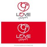 Het embleemontwerp van de liefdefotografie Het minimale gevormde hart van het camerapictogram Royalty-vrije Stock Afbeeldingen