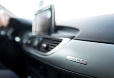Het embleemquattro van AUDI A6 Quattro op de mening van het dashboardclose-up royalty-vrije stock afbeeldingen