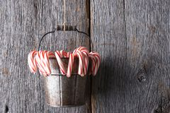 Het emmerhoogtepunt van de pepermuntvakantie behandelt het hangen van streng stock afbeeldingen