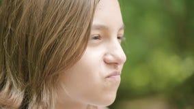 Het emotionele portret van het tienermeisje stock footage