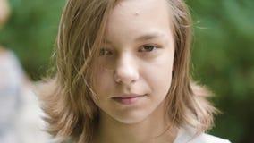 Het emotionele portret van het tienermeisje stock video