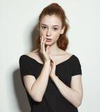 Het emotionele roodharige meisje van schoonheidsportretten royalty-vrije stock afbeelding