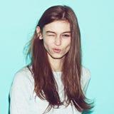 Het emotionele vrij jonge hipstermeisje maakt grappig Stock Fotografie