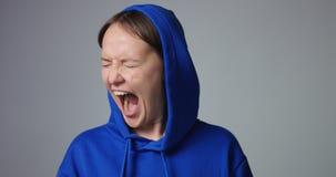 Het emotionele vrouw gillen geïsoleerd op wit stock videobeelden