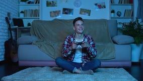Het emotionele winnende videospelletje van de tienerjongen, verslaving, gebrek aan ouderlijke controle stock video