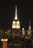 Het Empire State Building in de horizon van New York bij nacht Stock Foto's
