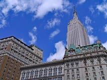 Het Empire State Building, overheerst de uit het stadscentrum horizon, stock fotografie