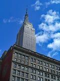 Het Empire State Building, overheerst de uit het stadscentrum horizon, stock foto
