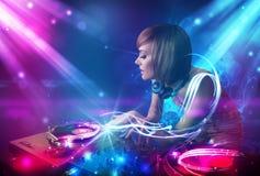 Het energieke meisje die van DJ muziek mengen Royalty-vrije Stock Afbeeldingen