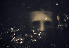 Het enge Halloween-masker verdrinkt in het water Stock Foto
