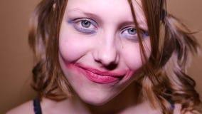 Het enge tienermeisje boos kijken en heeft een sinistere lach 4k UHD stock video