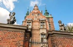 Het engelenbeeldhouwwerk bewaakt de ingebouwde ingang van Rosenborg-Kasteel, 17de eeuw Historisch Kopenhagen, Denemarken stock foto