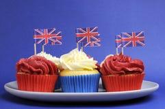 Het Engels als thema heeft rode, witte en blauwe cupcakes met de vlaggen van Groot-Brittannië Union Jack Royalty-vrije Stock Foto