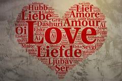 Het Engels: Liefde De hart gestalte gegeven Liefde van de woordwolk, grunge achtergrond Stock Foto's