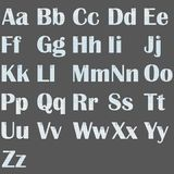 Het Engelse alfabet stileerde in het kader van het document met paperclippen op een witte isolatie als achtergrond stock fotografie