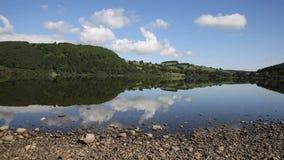 Het Engelse District Ullswater van het plattelandsmeer met witte wolken en blauwe hemel op mooie nog de zomerdag stock video