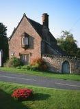 Het Engelse Landgoed van het Dorpsland brengt Huis onder Stock Afbeeldingen
