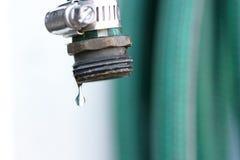 Het enige druppeltje van water staat vrij te breken op het punt Stock Foto's