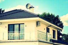 Het enige Huis van de Familie retro gestileerd kleurrijk toon- filtereffect stock afbeelding
