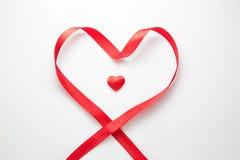 Het enige rode die hart door hart wordt omringd vormde rood lint Royalty-vrije Stock Afbeelding