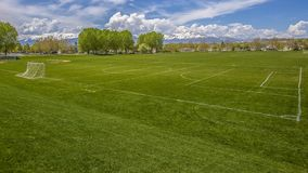 Het Enorme sportterrein van het panoramakader met netto voetbaldoel en honkbalbleachers achter een omheining royalty-vrije stock foto's