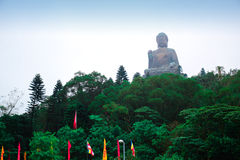 Het enorme Tian Tan Buddha-standbeeld bij hoge berg dichtbij Po Lin Monastery, Lantau-Eiland, Hong Kong stock foto's