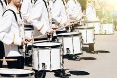Het ensemble van slagwerkers in witte plechtige kleding royalty-vrije stock afbeelding