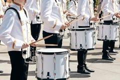 Het ensemble van slagwerkers in witte plechtige kleding royalty-vrije stock afbeeldingen