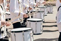 Het ensemble van slagwerkers in witte plechtige kleding stock foto's